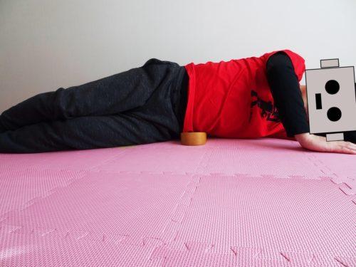 横向きに寝て骨盤職人を腰方形筋に当てている