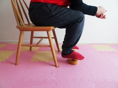 椅子に座って骨盤職人に足を乗せている